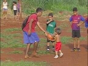 Projeto social precisa de doações para aumentar número de crianças atendidas - Responsável precisa de areia, tinta e outros equipamentos para parquinho de pneus.