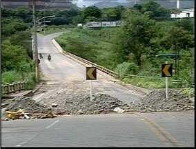 Uma das pistas da BR-259 está liberada em Governador Valadares - Caminhões carregados de terra saiam a todo tempo carregados de terra.