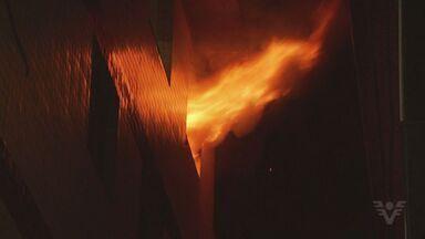 Apartamento pega fogo no início da madrugada em São Vicente, SP - Moradora estava sozinha quando o fogo começou. Ninguém ficou ferido.