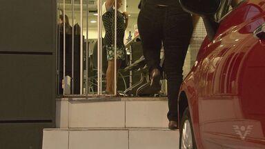 Criminosos armados assaltam salão de beleza em Santos - Eles fizeram funcionários e clientes reféns além de quebrarem equipamentos.