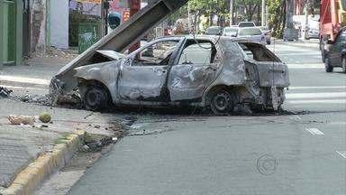 Carro bate em poste e pega fogo, no Pina - Um trecho do bairro da Zona Sul do Recife ficou a manhã sem energia elétrica. Muitos congestionamentos foram formados.