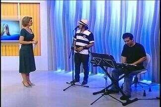 Hoje teve música ao vivo no JA para entrar no clima do Natal - Músico Caetano é de Passo Fundo e está no seu segundo CD