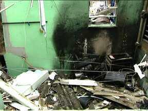 Botijão de gás pode ter causado explosão em Osasco - Essa é a análise preliminar dos peritos. Uma casa foi destruída durante a explosão e outros dois imóveis também foram atingidos. O relatório definitivo sai em um mês; moradores acreditam que explosão pode ter sido consequência de vazamento de gás.