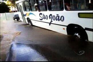 Asfalto cede e passageiros de ônibus se assustam, no ES - Acidente aconteceu em Nova Venécia.