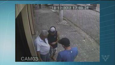 Polícia procura acusados de terem matado um policial aposentado em São Vicente - Câmeras gravaram a abordagem do policial por dois homens pouco antes dele ser assassinado.