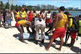 Corpo de russo é encontrado na Praia da Curva da Jurema em Vitória - Polícia disse que foi encontrada uma mala com garrafas de bebidas.