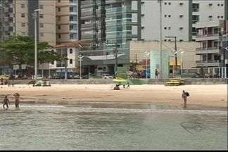 Turistas lotam praias do ES, mas reclamam de infraestrutura - Banhistas reclamam de falta de salva-vidas, banheiros públicos e lixeiras.