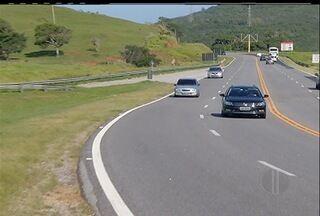 Acompanhe o movimento das estradas na Região dos Lagos - Até quarta-feira (26), 125 mil veículos devem passar pela RJ-124, segundo a concessionária que administra o principal acesso à Região dos Lagos.