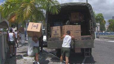 Soldados carregam caminhão com doações para famílias atingidas pela seca - Foi um dia de muita movimentação no Quartel do Derby. Foram doados alimentos, brinquedos e água na árvore de Natal da Globo Nordeste.