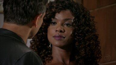 Julinha expulsa Élcio da casa de Érica - O capitão avisa que vai esperar a loira na portaria do prédio