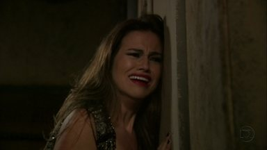 Waleska é presa no depósito após ser dedurada por Rosângela - A ruiva denuncia a dançarina e Russo ameaça e prende a garota