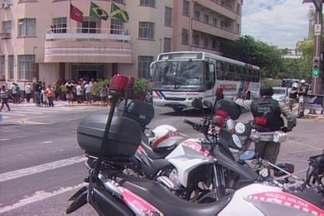 Prestadores de serviço fazem protesto e interditam ruas em Campina Grande - Manifestantes dizem que estão com os salários atrasados há mais de dois meses.