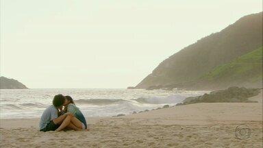 Malhação - Capítulo de terça-feira , dia 24/12/2012, na íntegra - Fatinha beija Gil. Nando pede para Lia e Gil tocarem no palco com ele. Gil pede para Lorenzo cuidar de Marcela.