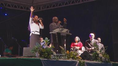 Evangélicos se reuniram no Monte dos Guararapes para culto no dia de Natal - No local também foram arrecadados alimentos para as pessoas atingidas pela seca em Pernambuco.