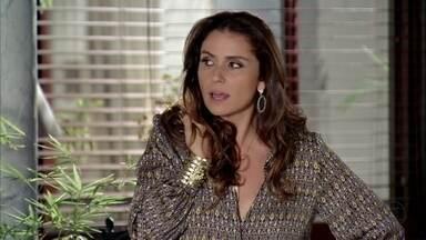 Helô se irrita com Stenio - O advogado marca um almoço na casa da ex-mulher sem consultá-la