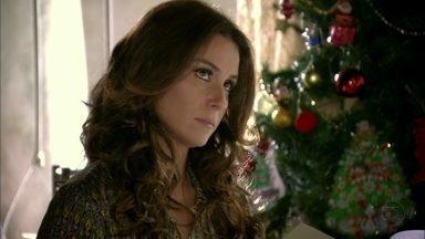 Helô desconfia de Wanda - A traficante entrega uma cópia do contrato de trabalho de Morena para a delegada