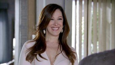 Lívia promete encontrar outro bebê para casal - A vilã mente, dizendo que uma mãe desistiu de doar o filho