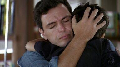 Théo se emociona ao encontrar Junior - Áurea recebe uma ligação do pronto-socorro e fica preocupada. Ela dá o endereço de Érica para Lucimar