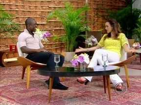 Ana Furtado entrevista o jogador Seedorf no Rio de Janeiro - Casado com uma brasileira, o holandês fala sobre sua relação com o país em entrevista na praia vermelha