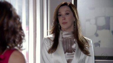 Wanda e Lívia conversam sobre a volta de Morena - Coronel Nunes liga e combina de se encontrar com Wanda. Élcio fica de olho