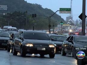 Em São Paulo, estradas já registram lentidão na volta do feriado - Milhares de pessoas já estão voltando para casa após o feriado de fim de ano. Na Rodovia Castelo Branco, já são 48 quilômetros de congestionamento. Na saída da Baixada Santista, o motorista precisa de paciência.