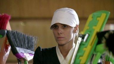 Jéssica e Morena enganam Irina - A traficante e seus clientes encontram a camareira desmaiada no quarto do hotel. Morena finge que também foi atacada, enquanto Jéssica tenta fugir