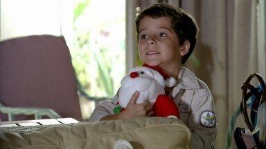 Junior conta para Érica que Morena voltará para o Brasil - Áurea descobre que Théo arriscou sua vida para salvar o filho de Morena