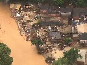 Família é encontrada após enchente em Duque de Caxias (RJ) - Uma família com seis pessoas foi encontrada nesta sexta-feira (4). Portanto o número de desaparecidos cai para dois em Duque de Caxias. Segundo a Defesa Civil, só na cidade, há 400 desabrigados.