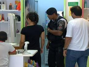 Câmeras de segurança registra dois menores em assalto a perfumaria no DF - Um deles esperava pela comparsa do lado de fora. Segundo a polícia, os menores pareciam estar armados e renderam duas vendedoras, que foram trancadas no depósito da loja.