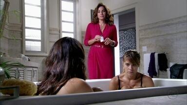 Wanda leva Jéssica para o quarto de Lívia - Morena e Jéssica confirmam as suspeitas de que a quadrilha é comandada por uma mulher
