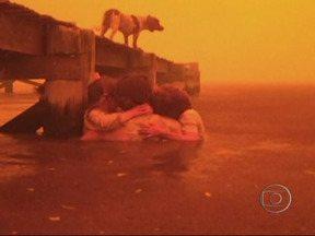 Queda na temperatura ajuda a combater incêndios na Austrália - As fotos mostram uma família lutando para escapar do fogo no litoral da Tasmânia. O avô Tim Holmes conta que tentou deixar a região quando recebeu o alerta de incêndio, mas a família acabou cercada pelas chamas.