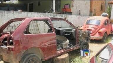 Quatro são presos em desmanche em Paraibuna - Eles foram detidos quando saiam de uma casa que estava sendo utilizada como esconderijo para o desmanche.