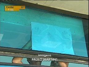 Banheiro transparente ganha película protetora - Depois de dar o que falar a obra vai ser consertada.