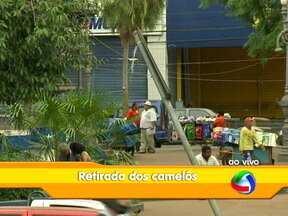 Camelôs que estão na Praça Ipiranga no centro de Cuiabá serão retirados - Eles serão levados para um novo centro comercial popular, localizado na região do porto. Os ambulantes que estão credenciados provisoriamente já podem ir para o novo centro comercial.