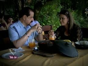 Carlos Brito leva Glecya para passeio romântico em Barra de Guaratiba - O casal saboreia deliciosa moqueca e conversa sobre a filha de Glecya