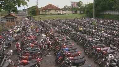 Parqueamento do Detran Amazonas está lotado - Nos primeiros dias de 2013, 99 veículos foram apreendidos por estarem irregulares e foram encaminhados para o cada vez mais lotado parqueamento do Detran Amazonas. Só de motos, são mais de 2.000.