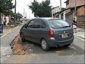 Moradores reclamam de buracos nas ruas - No período de chuvas, os buracos nas ruas ficam ainda maiores. Os moradores reclamam dos transtornos causados, e exigem melhorias.