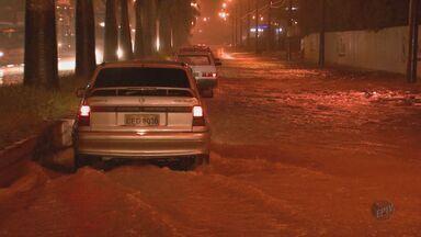 Chuva alaga trecho de avenida no acesso à SP-310 em São Carlos, SP - Chuva alaga trecho de avenida no acesso à SP-310 em São Carlos, SP.