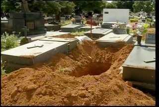 Troca de túmulos na hora do enterro gera confusão em cemitério e PM é chamada - Familía do aposentado teria pago sepultamento em gaveta e o enterro seria em túmulo com terra. O problema foi resolvido com a família.