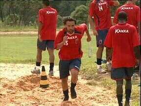 Recém-chegados conhecem colegas de elenco no Paraná Clube - Além da preparação física, pré-temporada serve para encontros e reencontros entre jogadores