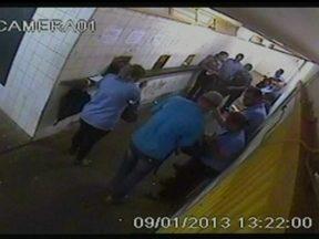 Bandidos assaltam garagem de ônibus em Samambaia - No momento do assalto, os cobradores aguardavam para entregar o dinheiro das passagens. Os criminosos recolheram o dinheiro e pertences dos funcionários da empresa.