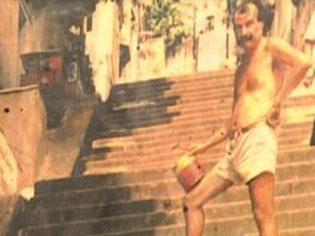 Artista plástico chileno é encontrado morto no Rio de Janeiro - O corpo de Jorge Selarón estava em frente a casa dele, no bairro da Lapa, e tinha marcas de queimaduras. Ao lado dele, peritos encontraram uma lata de querosene. Selarón tinha 65 anos e segundo amigos, há dois meses, apresentava sinais de depressão.