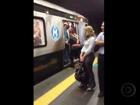 Funcionários empurram passageiro em metrô lotado no Rio - Um vídeo de celular feito por um cinegrafista amador mostra passageiros sendo empurrados por funcionários do metrô para que as portas da composição, que estava lotada, pudesse ser fechadas.