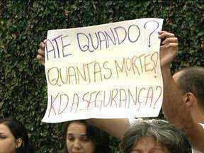 Amigos e parentes de Daniela Nogueira fazem protesto - A família, amigos e vizinhos de Daniela Nogueira, a grávida que levou um tiro e teve morte cerebral, se reuniram no final da tarde desta quinta-feira (10) para protestar.