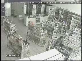 Duas farmácias da mesma rede são invadidas por ladrões em Bauru, SP - Duas farmácias foram assaltadas na madrugada desta quinta-feira (10), em Bauru, SP. A ação dos ladrões foi registrada pelas câmeras de segurança. O primeiro roubo foi no estabelecimento na Avenida Getúlio Vargas, na zona sul da cidade.