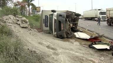 Quatro pessoas ficam feridas em dois acidentes na BR-040 - Em Contagem, batida envolveu quatro veículos e, em Ouro Preto, três.