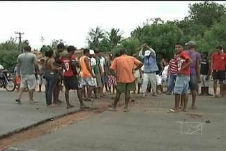 Em protesto, população interdita parte da BR-222 nesta quinta (10) - Moradores do Povoado Calango impediram uma equipe enviada pelo Dnit de tapar uma vala feita por eles para obrigar os motoristas a diminuírem a velocidade ao passarem pelo local.