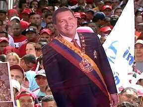 Milhares de venezuelanos saem às ruas para mostrar apoio ao presidente Hugo Chávez - Milhares de venezuelanos participaram de um ato simbólico em apoio ao presidente Hugo Chávez, que deveria tomar posse nesta quinta (10) pra assumir o quarto mandato consecutivo. As ruas de Caracas são ocupadas por uma multidão de vermelho.
