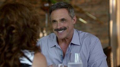Nunes pede Wanda em casamento - Aída vê o casal e se apresenta como namorada do coronel e Wanda desconversa