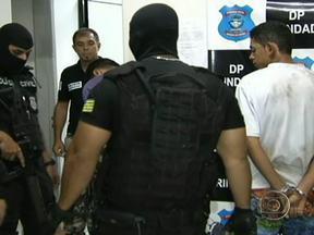 Quadrilha em Goiás encomenda mortes e se exibe na internet - Até agora, seis homens foram presos, mas a quadrilha de matadores é muito maior.Em Trindade, região metropolitana de Goiânia, 24 pessoas foram executadas. Nas redes sociais, um dos suspeitos postava fotos exibindo armas e muito dinheiro.